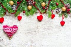 Árbol de abeto de la Navidad adornado con los corazones Imagen de archivo libre de regalías