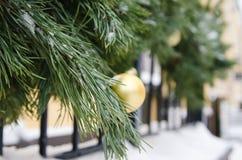 Árbol de abeto de la Navidad adornado con los globos Fotografía de archivo