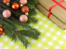 Árbol de abeto de la Navidad con el sistema de oro de la caja de regalo Imagenes de archivo