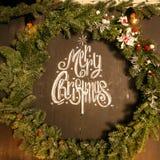 Árbol de abeto de la Navidad con la decoración en el tablero de madera oscuro Fotos de archivo libres de regalías