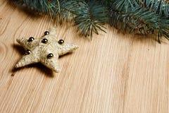 Árbol de abeto de la Navidad con la decoración en un tablero de madera Imágenes de archivo libres de regalías