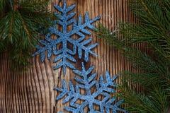 Árbol de abeto de la Navidad con la decoración en un tablero de madera Fotografía de archivo