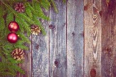 Árbol de abeto de la Navidad con la decoración en un tablero de madera Foto de archivo