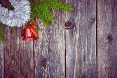 Árbol de abeto de la Navidad con la decoración en un tablero de madera Imagen de archivo libre de regalías