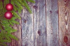 Árbol de abeto de la Navidad con la decoración en un tablero de madera Foto de archivo libre de regalías