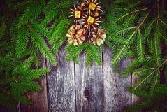 Árbol de abeto de la Navidad con la decoración en un tablero de madera Imagenes de archivo