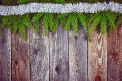 Árbol de abeto de la Navidad con la decoración en un tablero de madera Fotos de archivo