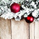 Árbol de abeto de la Navidad con la decoración en un tablero de madera Navidad Imágenes de archivo libres de regalías