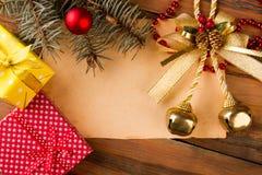 Árbol de abeto de la Navidad con las decoraciones del papel y de la Navidad Imágenes de archivo libres de regalías