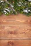 Árbol de abeto de la Navidad con nieve en el tablero de madera rústico Fotos de archivo