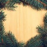 Árbol de abeto de la Navidad en el tablero de madera Imagenes de archivo