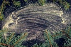 Árbol de abeto de la Navidad en fondo de la pizarra Imagen de archivo