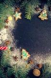 Árbol de abeto de la Navidad en fondo de la pizarra Fotos de archivo