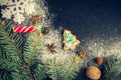 Árbol de abeto de la Navidad en fondo de la pizarra Foto de archivo