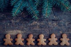 Árbol de abeto de la Navidad en fondo de madera Fotografía de archivo
