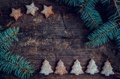 Árbol de abeto de la Navidad en fondo de madera Imágenes de archivo libres de regalías