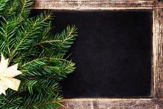 Árbol de abeto de la Navidad en marco de la pizarra de la Navidad del vintage. Retro Fotografía de archivo