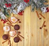 Árbol de abeto de la Navidad y tortas hechas en casa En fondo de madera cos Imágenes de archivo libres de regalías