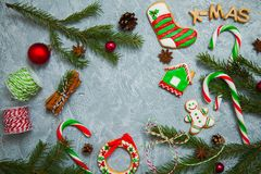 Árbol de abeto del caramelo del pan de jengibre de la tarjeta de felicitación del fondo del Año Nuevo de la Navidad Fotos de archivo libres de regalías