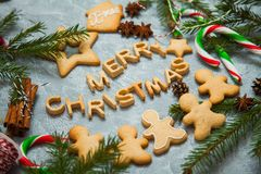 Árbol de abeto del caramelo del pan de jengibre de la tarjeta de felicitación del fondo del Año Nuevo de la Navidad Foto de archivo
