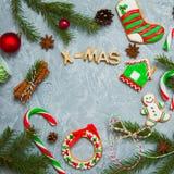 Árbol de abeto del caramelo del pan de jengibre de la tarjeta de felicitación del fondo del Año Nuevo de la Navidad Imagen de archivo libre de regalías