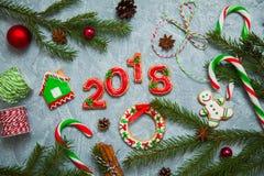 Árbol de abeto del caramelo del pan de jengibre de la tarjeta de felicitación del fondo del Año Nuevo de la Navidad Fotografía de archivo libre de regalías