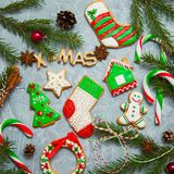 Árbol de abeto del caramelo del pan de jengibre de la tarjeta de felicitación del fondo del Año Nuevo de la Navidad Imagenes de archivo