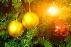Árbol de abeto en festivales de los chirstmas con la luz de las llamaradas y el fondo de las bolas Imagenes de archivo