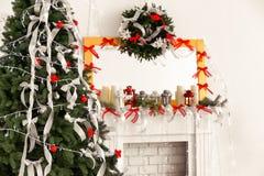 Árbol de abeto hermoso adornado para la Navidad en casa Fotos de archivo