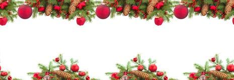 Árbol de abeto imperecedero y bola roja de la Navidad Imagenes de archivo