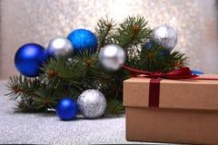 Árbol de abeto de la Navidad con la caja de regalo en el tablero de madera foto de archivo