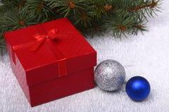 Árbol de abeto de la Navidad con la caja de regalo en el tablero de madera fotografía de archivo