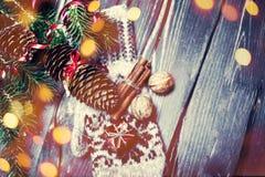 Árbol de abeto de la Navidad con la decoración en el tablero de madera oscuro con el de Fotografía de archivo libre de regalías