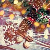 Árbol de abeto de la Navidad con la decoración en el tablero de madera oscuro con el de Fotos de archivo
