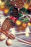 Árbol de abeto de la Navidad con la decoración en el tablero de madera oscuro con el de Imagen de archivo libre de regalías