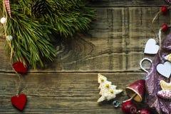 Árbol de abeto de la Navidad con la decoración en el tablero de madera oscuro Fotografía de archivo libre de regalías