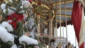 Árbol de abeto de la Navidad con el primer de los juguetes Decoración de la ciudad para el día de fiesta En el fondo desenfocado  metrajes