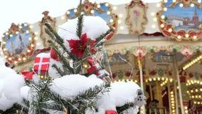 Árbol de abeto de la Navidad con el primer de los juguetes Decoración de la ciudad para el día de fiesta En el fondo desenfocado  almacen de metraje de vídeo