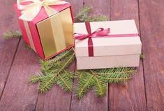 Árbol de abeto de la Navidad con las cajas de regalo en el tablero de madera Foto de archivo