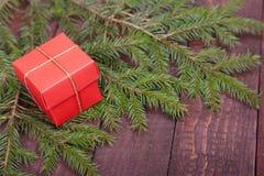 Árbol de abeto de la Navidad con las cajas de regalo en el tablero de madera Fotos de archivo libres de regalías