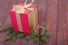 Árbol de abeto de la Navidad con las cajas de regalo en el tablero de madera Imagen de archivo