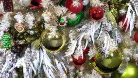Árbol de abeto de la Navidad con las decoraciones almacen de video