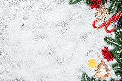 Árbol de abeto de la Navidad con nieve en el fondo de madera blanco Foto de archivo