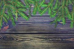 Árbol de abeto de la Navidad en fondo de madera Fotos de archivo libres de regalías