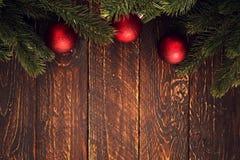 Árbol de abeto de la Navidad y adornamiento de elementos rústicos en la tabla de madera del vintage Imágenes de archivo libres de regalías