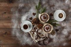 Árbol de abeto natural de la decoración de la Navidad, canela, conos del pino en de madera Imagen de archivo