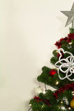 Árbol de Christmass con las decoraciones y las luces Foto de archivo libre de regalías
