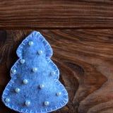 Árbol de Gray Christmas aislado en un fondo de madera oscuro con el espacio vacío para el texto Fondo festivo del invierno Árbol  Fotos de archivo libres de regalías