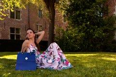 Árbol de hierba de la mujer que se sienta relajada, Groot Begijnhof, Lovaina, Bélgica imágenes de archivo libres de regalías