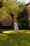 Árbol de hierba permanente de la mujer relajada, Groot Begijnhof, Lovaina, Bélgica imagenes de archivo